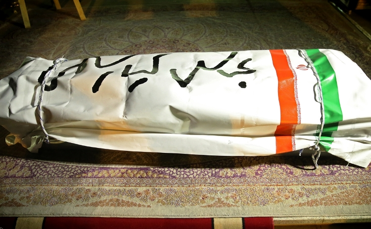 Abbas Kiarostami's body in Tehran airport with his signature on the coffin